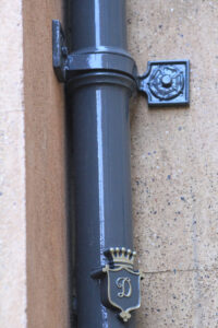 Round Cast Iron Rainwater Pipe With Corner Brackets